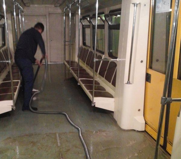 сбор грязного раствора при уборке вагонов метрополитена
